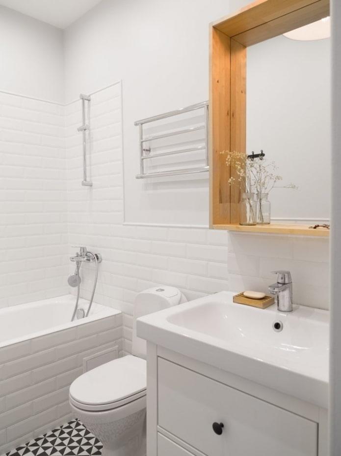 carrelage blanc dans une petite salle de bain