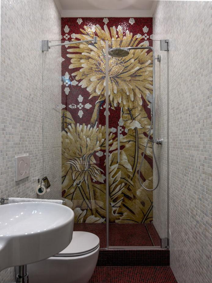 mosaïque dans une petite salle de douche