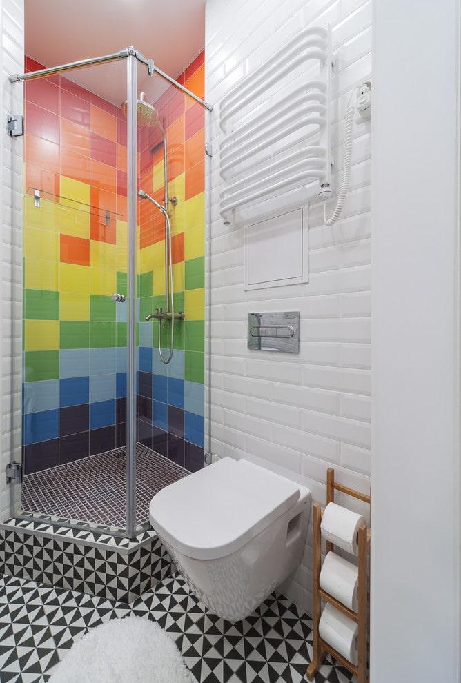 Salle de douche arc-en-ciel