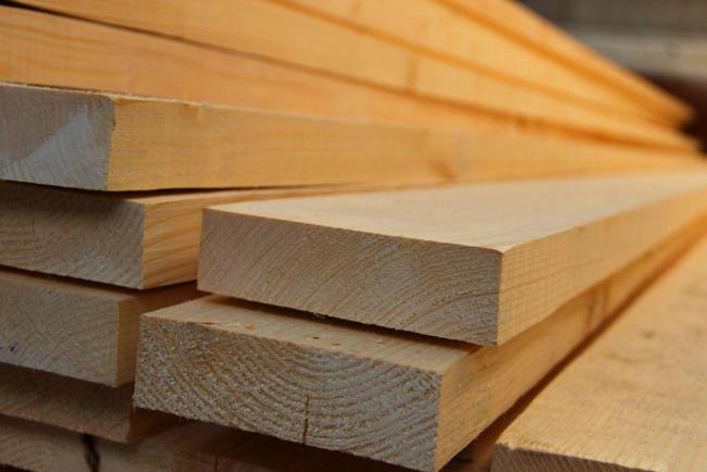 Les planches de conifères sont parfaites pour la fabrication de meubles.