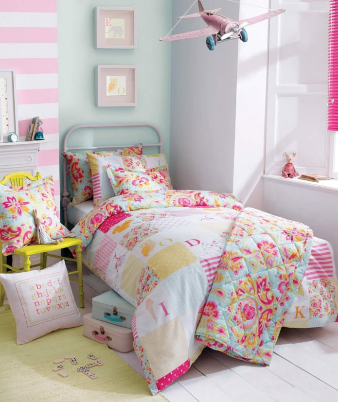 couvre-lit dans le style patchwork à l'intérieur