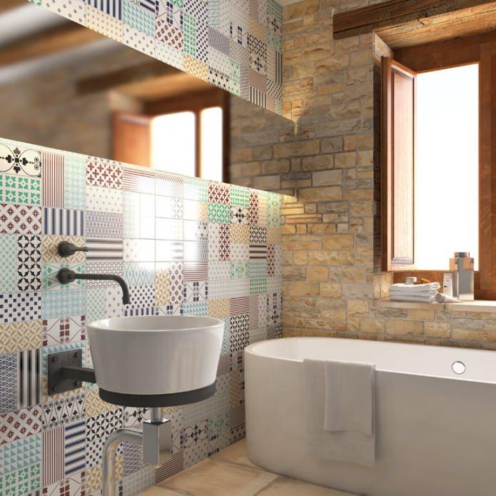 murs dans la salle de bain dans le style patchwork à l'intérieur
