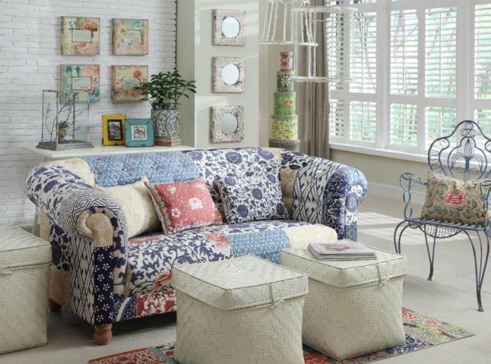 canapé de style patchwork à l'intérieur