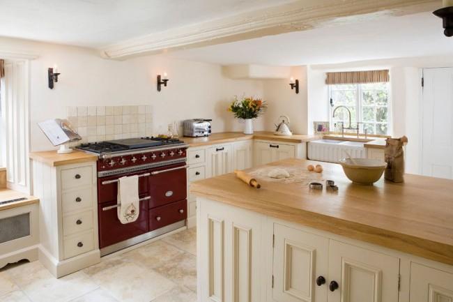 Les murs blanchis à la chaux et les poutres en bois au plafond sont des caractéristiques typiques du style.