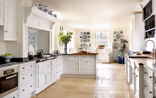 Des carreaux clairs au sol complètent harmonieusement l'intérieur de la cuisine