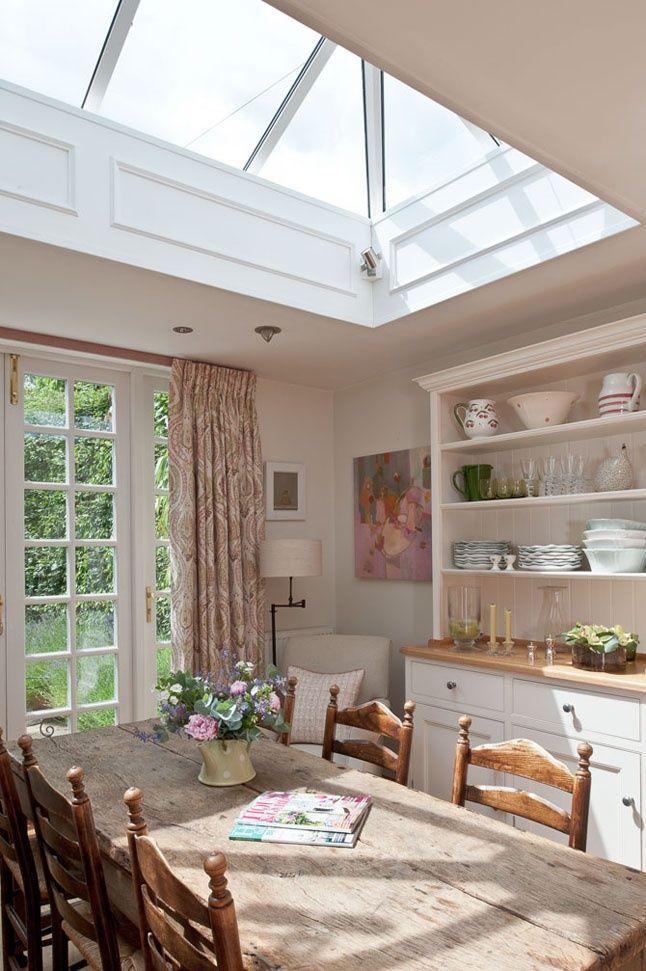De beaux rideaux pastel dans une cuisine délicate
