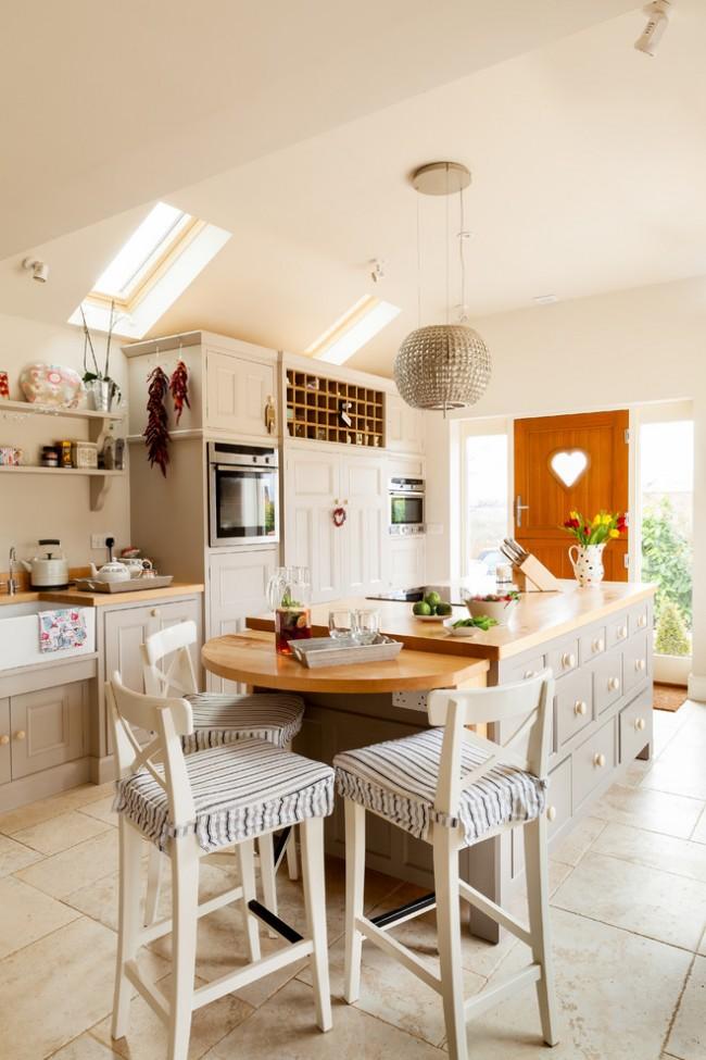 Le mobilier pastel clair est idéal pour une petite cuisine