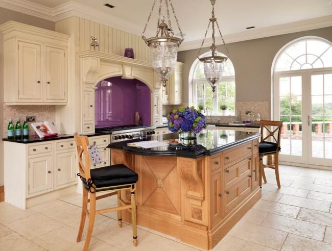 Un bel ensemble de meubles laiteux est très impressionnant avec un accent violet