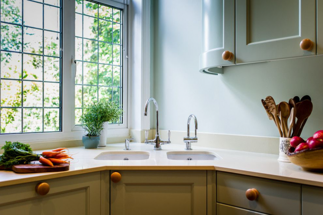 L'évier d'angle donnera un look parfait et dynamique à l'intérieur de votre cuisine.
