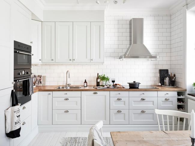 Un petit coin aménagé dans des tons clairs donnera du confort à la cuisine