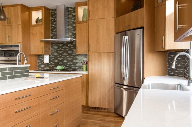 Les fabricants modernes proposent une large sélection de réfrigérateurs d'angle qui vous permettent d'utiliser pleinement l'endroit le plus gênant de la cuisine - le coin