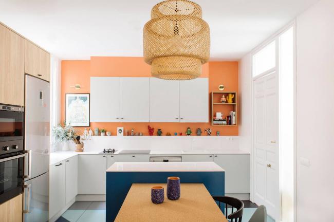 Un ensemble de cuisine d'angle peut avoir non seulement une forme allongée, mais aussi une forme carrée, ce qui vous permet de disposer les meubles de manière très compacte, même dans les plus petites pièces