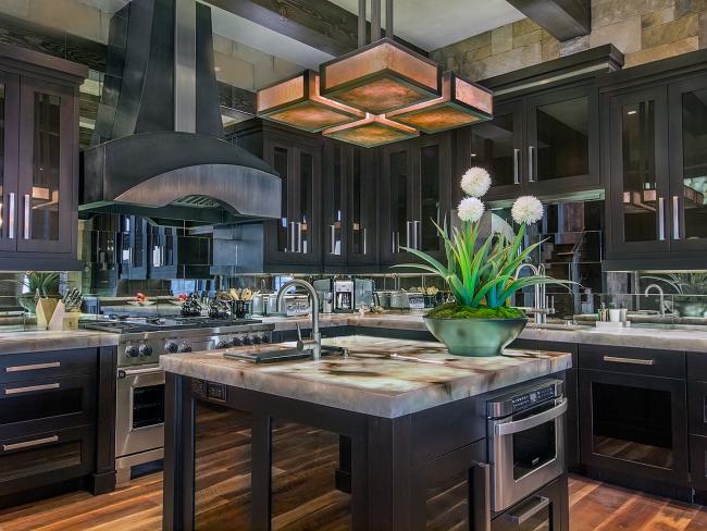 Une excellente solution de design - décorer l'espace cuisine avec des miroirs