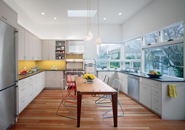 Confort et convivialité dans la cuisine, où vous pourrez déguster de délicieux plats et socialiser avec vos proches tous les jours