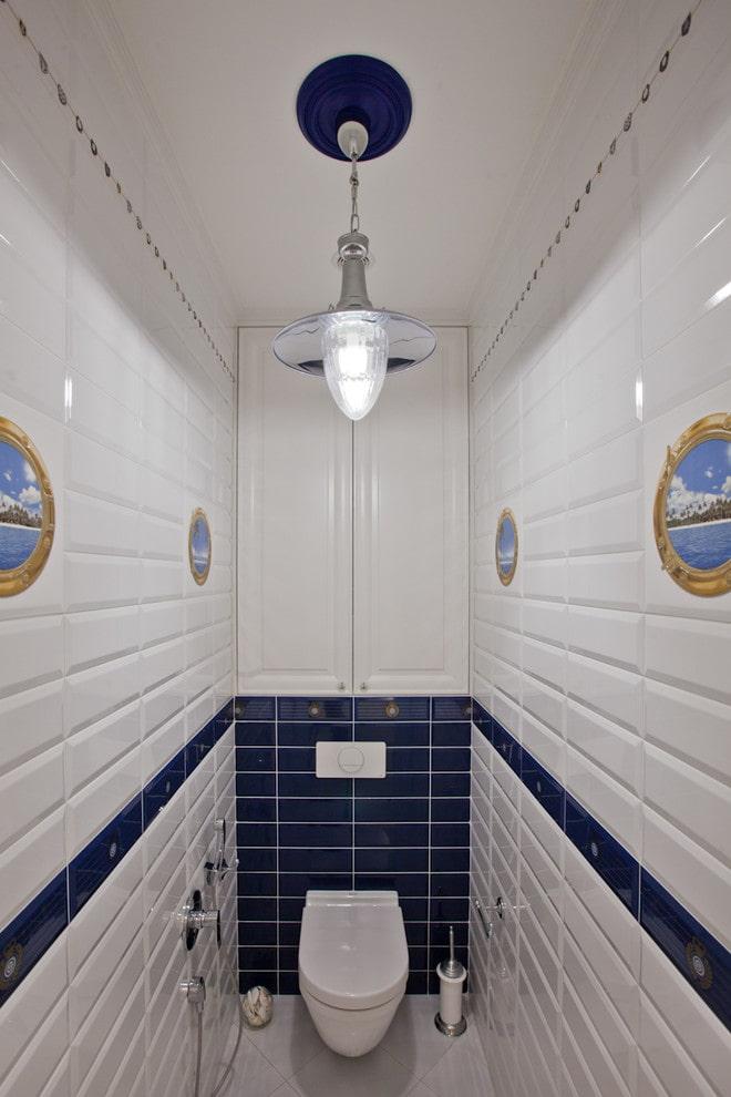 meubles dans les toilettes de l'appartement Khrouchtchev