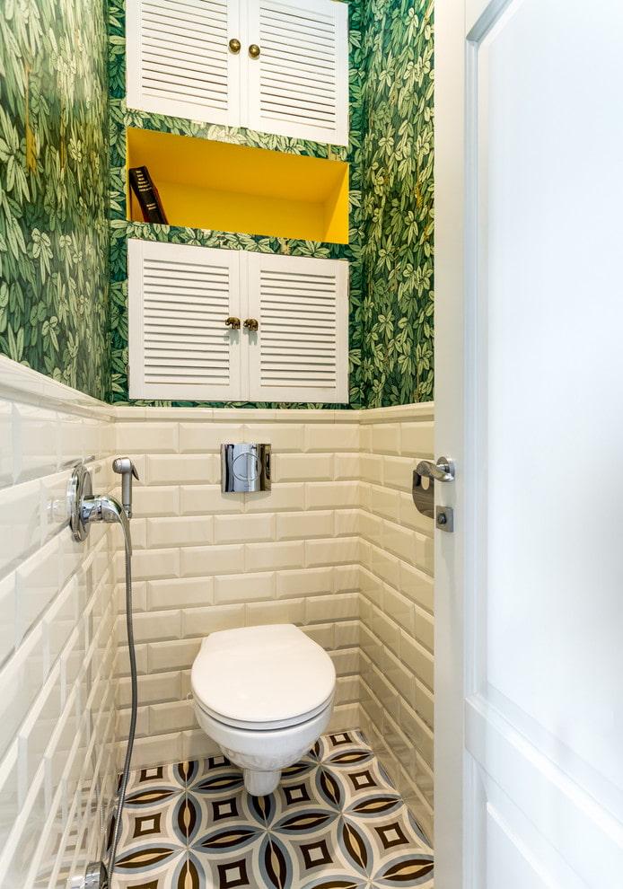 plomberie à l'intérieur des toilettes de l'appartement Khrouchtchev