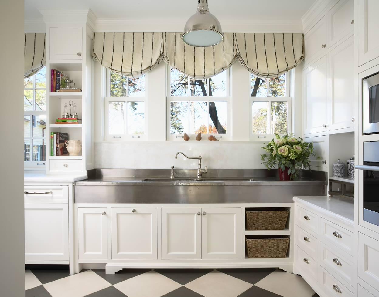 La cuisine en blanc a l'air très spacieuse
