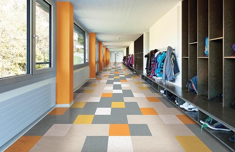Couloir de l'école avec sol en damier coloré