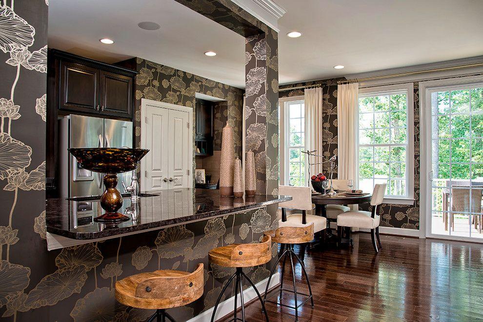 L'ornement de papier peint élégant pour les murs de la cuisine se plie en une œuvre d'art finie que vous ne voulez pas recouvrir de meubles et d'accessoires muraux