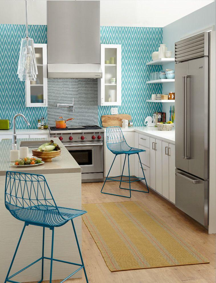 Les papiers peints lumineux et expressifs attirent le regard et créent une ambiance particulière dans la cuisine