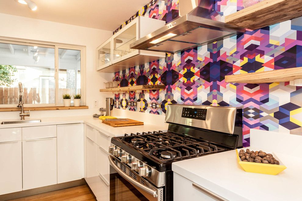 Le papier peint aux couleurs vives et flashy aidera à mettre en valeur un mur sur lequel vous souhaitez le plus attirer l'attention