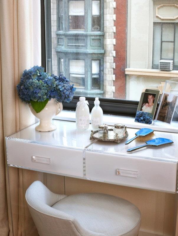 table de maquillage sur le rebord de la fenêtre