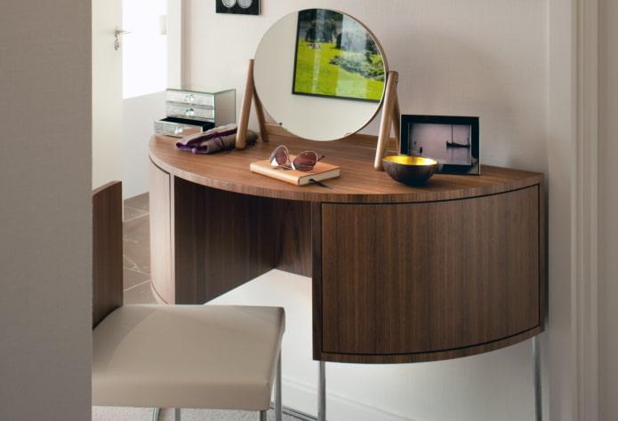 table de maquillage semi-circulaire à l'intérieur