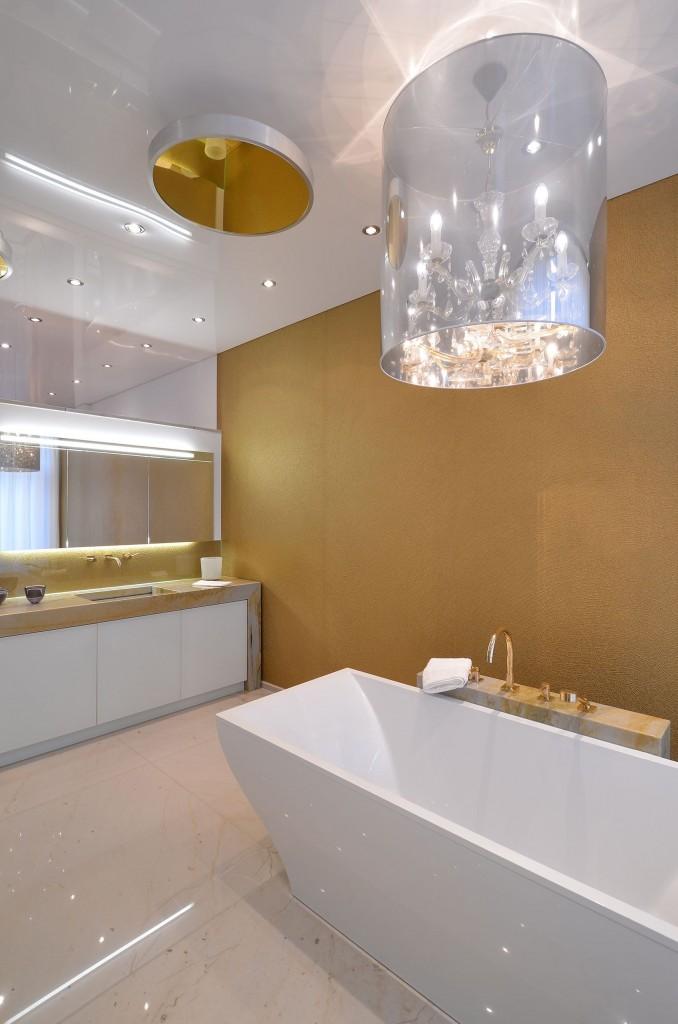 Le blanc est une couleur universelle pour les plafonds de salle de bain