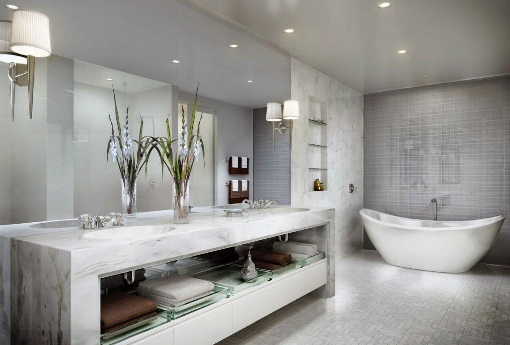 Salle de bain aux couleurs claires, le plafond reflète doucement l'environnement, ajoutant une sensation d'apesanteur