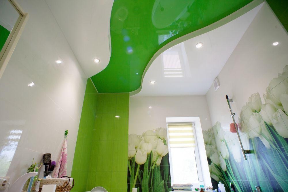 Salle de bain de printemps.  Une solution inhabituelle, l'interaction d'une vague de toile extensible qui se jette dans des carreaux de la même couleur sur les murs