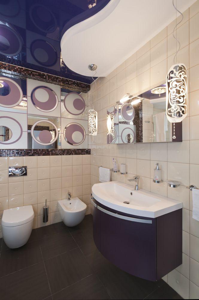 Belle salle de bain dans des tons violets.  Grâce à la variété des formes et des couleurs, vous pouvez créer des solutions d'intérieur uniques