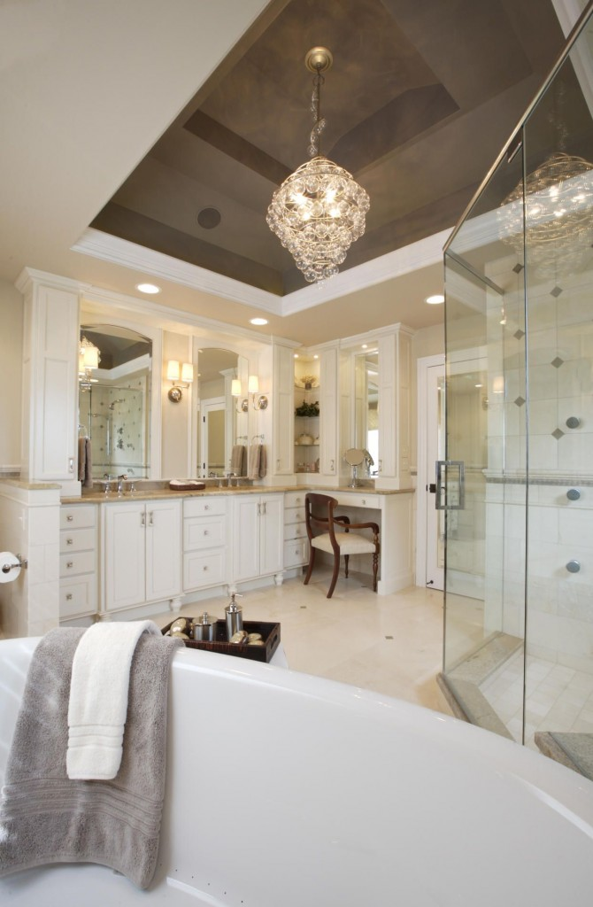 En raison de la réflectivité d'un tel plafond, la salle de bain semble plus grande