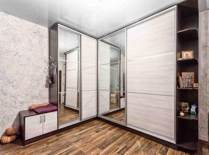 armoire avec étagères ouvertes et siège