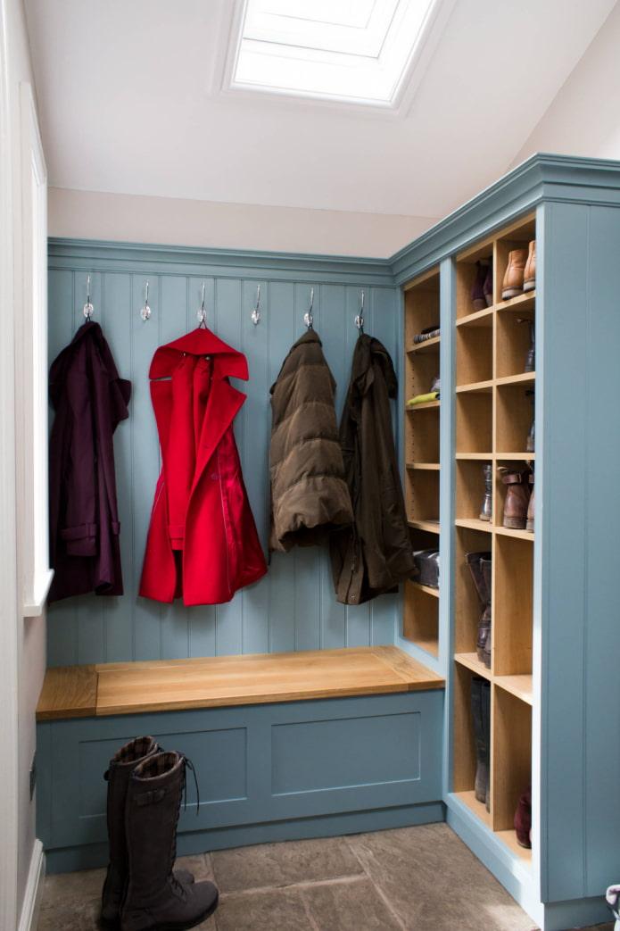 Couloir bleu avec cintres et siège