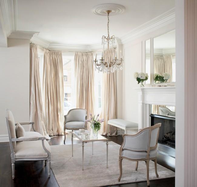Salon élégant et sophistiqué décoré dans un style non classique