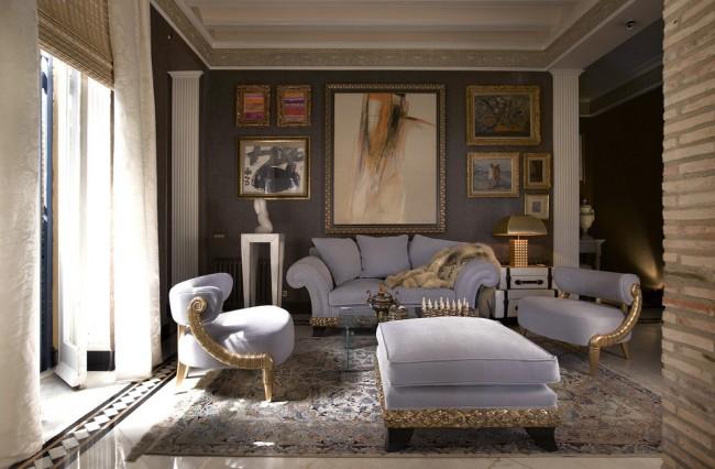 Une large plinthe, comme dans les luxueuses maisons anciennes, est caractéristique du néoclassicisme