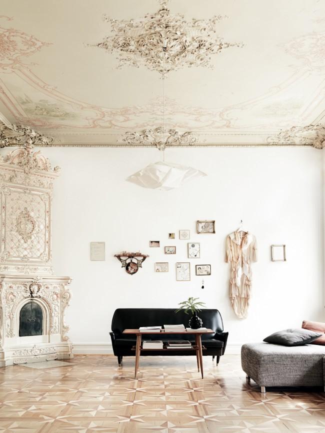 Murs clairs, hauts plafonds et parquets en bois précieux dans un intérieur néoclassique