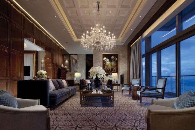 Le néoclassicisme n'est pas complet sans de luxueux lustres en cristal