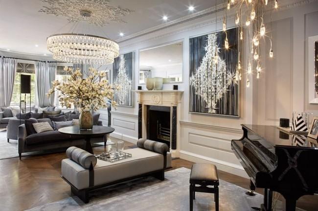 Plafond blanc et utilisation du stuc dans un intérieur néoclassique