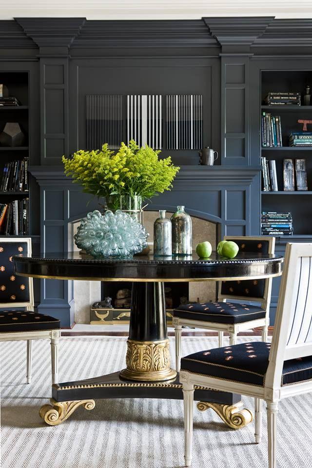 Les meubles du néoclassicisme sont également constitués principalement d'essences de bois coûteuses.