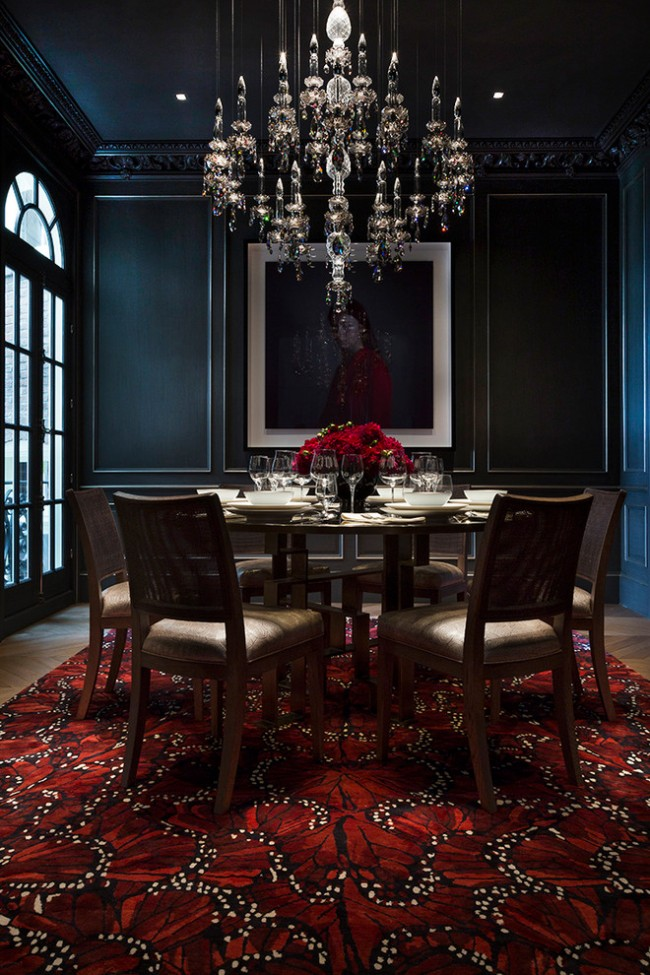 De nombreux pendentifs qui réfractent la lumière ajoutent du luxe à l'intérieur néoclassique