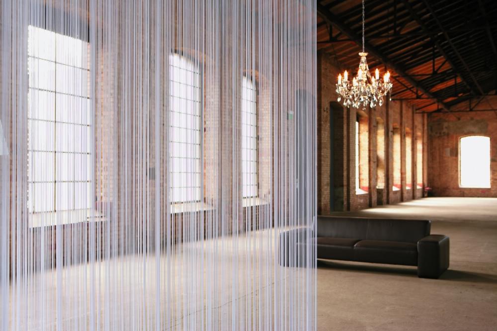Même dans le style loft, le rideau en mousseline peut ne pas paraître étranger, mais seulement s'il contraste avec le reste du décor.