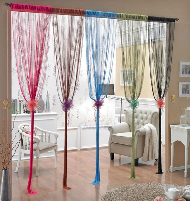 Le décor supplémentaire de tels rideaux crée une atmosphère de fête.