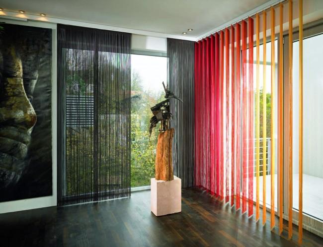 Combinaison contrastée de noir et de nuances de rouge dans la conception des rideaux en coton