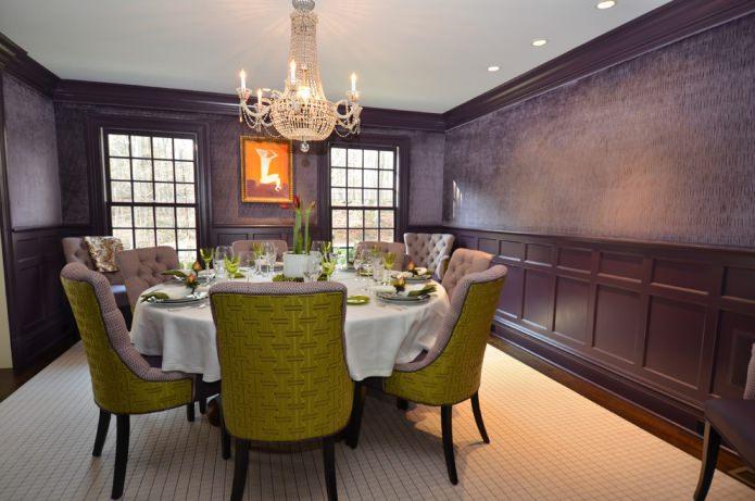 salle à manger avec papier peint violet foncé et chaises vert-lilas