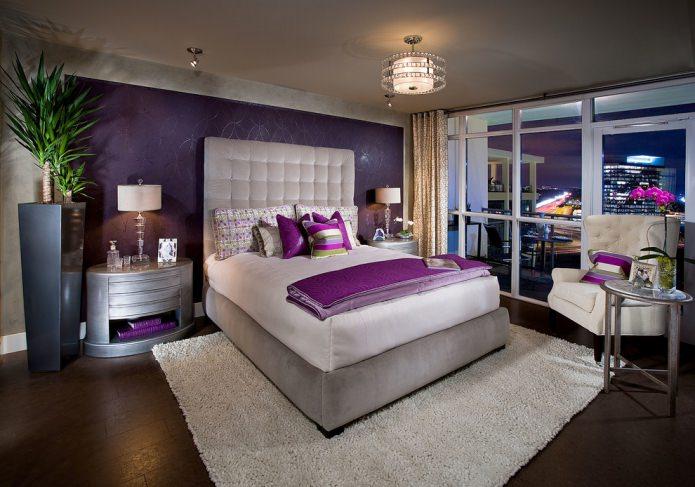 chambre avec papier peint violet