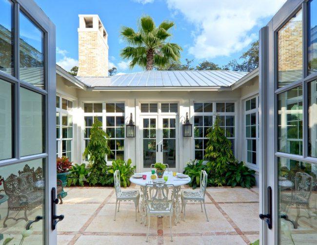 Un petit patio cosy dans la cour sauvera les regards indiscrets