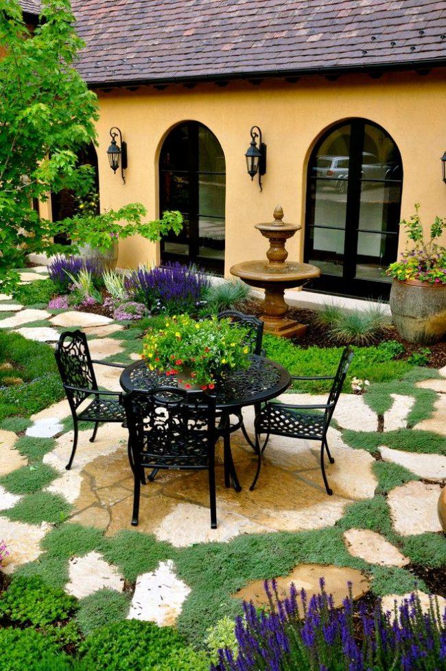 Même sur une petite surface, vous pouvez placer un patio confortable pour la détente.