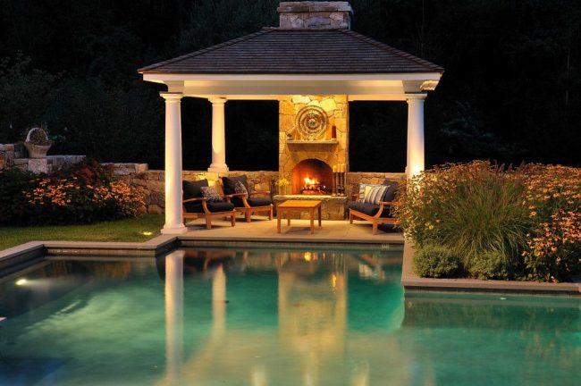 Patio luxueux avec cheminée et auvent