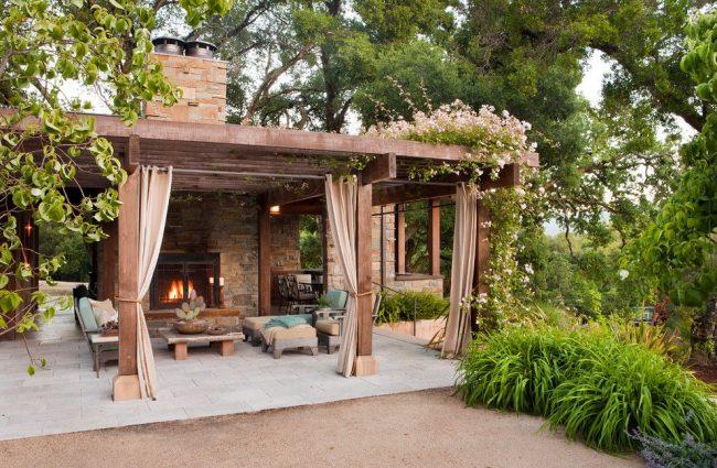 Une spacieuse terrasse couverte vous protégera de la pluie et du soleil brûlant